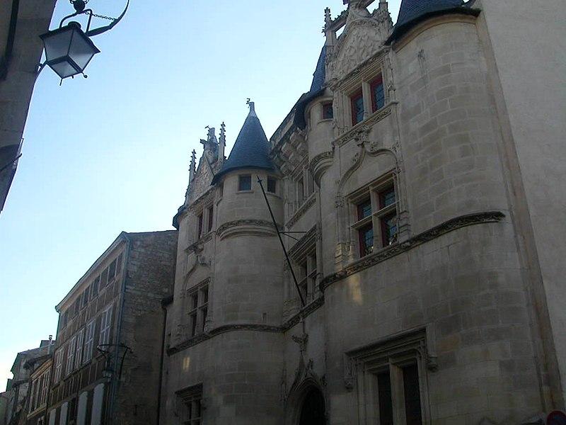 Photo du Monument Historique Hôtel Fumey ou Fumé situé à Poitiers