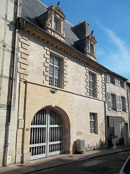 Photo du Monument Historique Ancien Hôtel de Jean Du Moulin de Rochefort, actuellement siège de la DRAC (direction régionale des affaires culturelles) de Poitou-Charentes situé à Poitiers