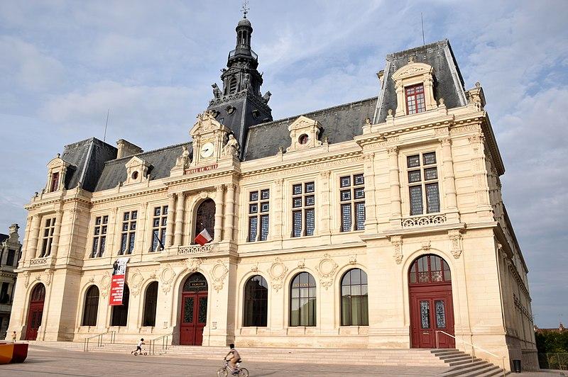 Photo du Monument Historique Hôtel de ville situé à Poitiers