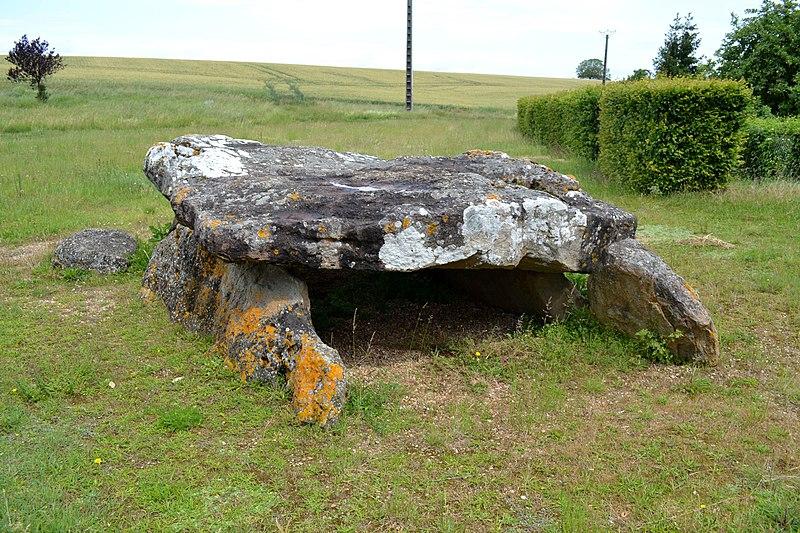 Photo du Monument Historique Dolmen d'Aillé situé à Saint-Georges-lès-Baillargeaux