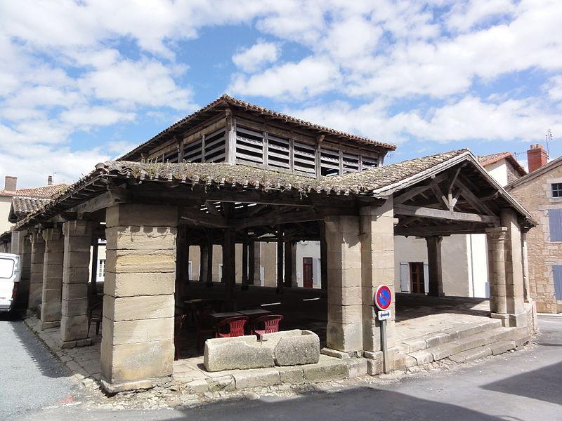 Photo du Monument Historique Halles situé à Lusignan