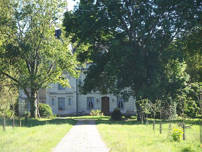 Photo du Monument Historique Domaine du château situé à Monthoiron