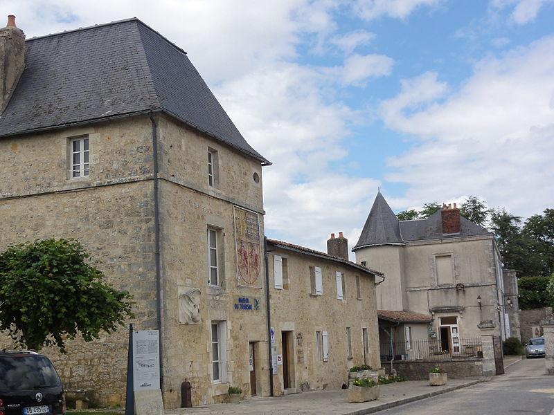 Photo du Monument Historique Château médiéval situé à Lusignan