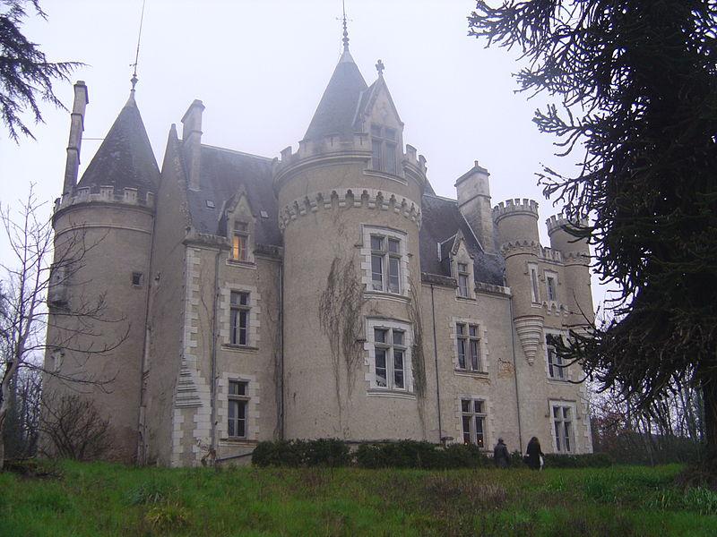 Photo du Monument Historique Château de Fougeret situé à Queaux