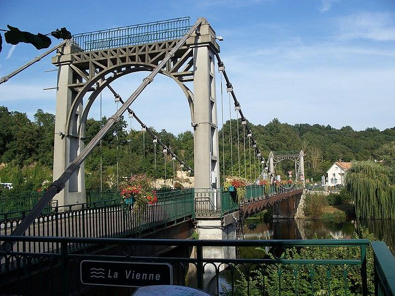 Photo du Monument Historique Pont suspendu situé à Bonneuil-Matours
