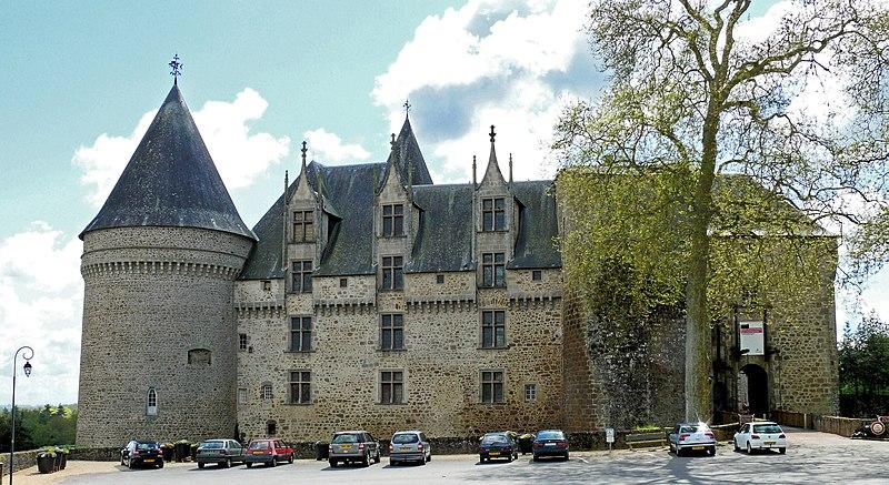 Photo du Monument Historique Château, actuellement musée départemental d'art contemporain et sous-préfecture de Rochechouart situé à Rochechouart