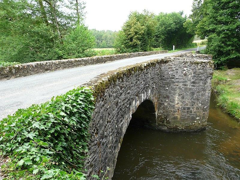 Photo du Monument Historique Pont dit Pont de la Tour sur la rivière L'Isle (également sur communes de Le Chalard, en Haute-Vienne, et Jumilhac-le-Grand, en Dordogne) situé à Saint-Yrieix-la-Perche