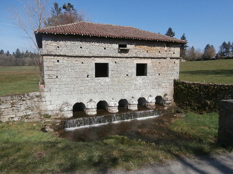 Photo du Monument Historique Pont surmonté d'un colombier situé à Veyrac