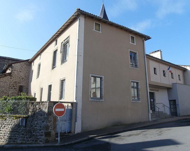 Photo du Monument Historique Ancien prieuré Saint-Sauveur, actuel tribunal d'instance situé à Rochechouart