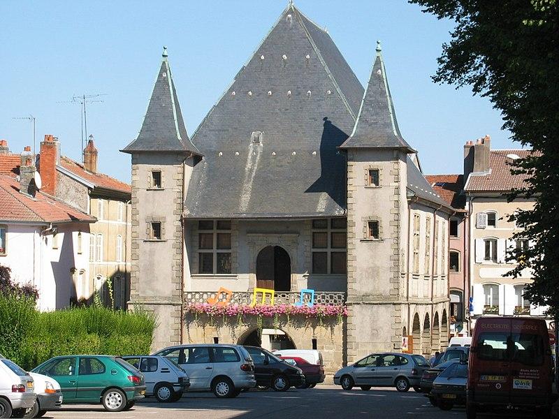 Photo du Monument Historique Halles situé à Mirecourt