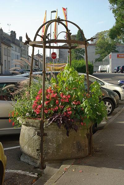 Photo du Monument Historique Puits communal situé à Mirecourt