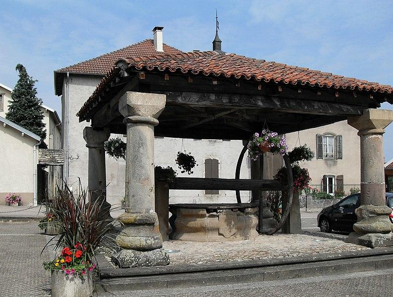 Photo du Monument Historique Puits couvert situé à Poussay