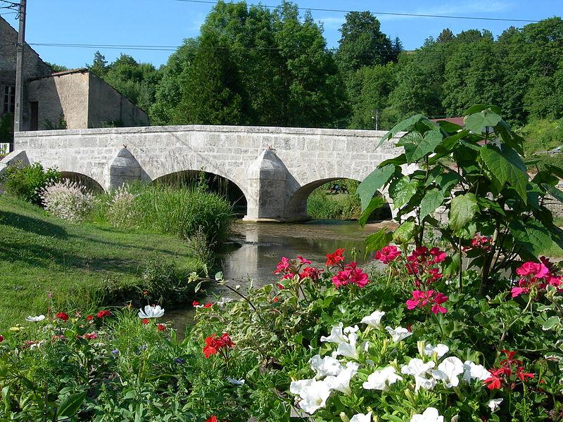 Photo du Monument Historique Vieux pont sur la Frezelle en amont de la Grande-Rue situé à Rollainville