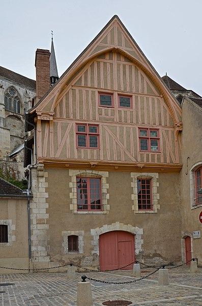 Photo du Monument Historique Maison en pans de bois du 16e siècle dépendant de l'Hôtel-Dieu, dite maison du coche d'eau situé à Auxerre