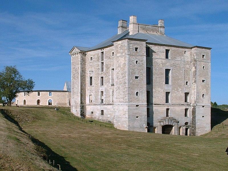 Photo du Monument Historique Château de Maulnes situé à Cruzy-le-Châtel
