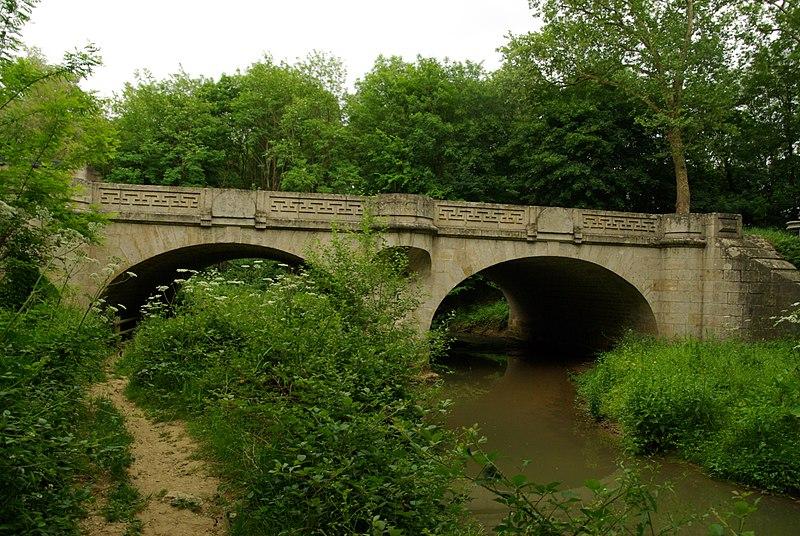 Photo du Monument Historique Pont dit Pont de pierre (également sur commune de Perrigny) situé à Monéteau