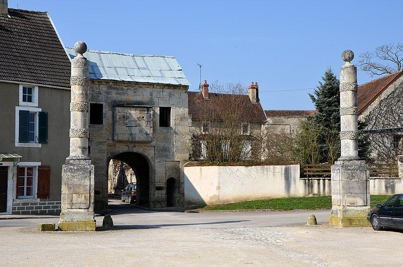 Photo du Monument Historique Deux colonnes monumentales annelées situé à Nuits