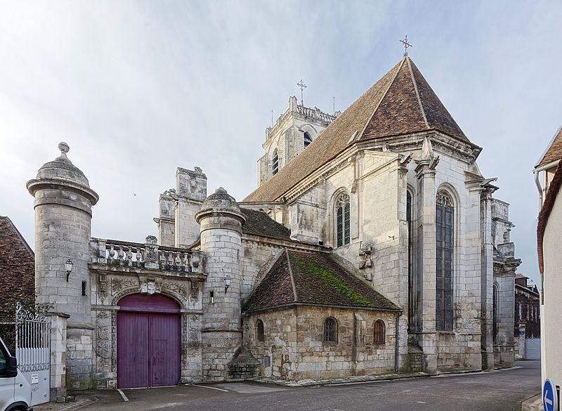 Photo du Monument Historique Portail Renaissance attenant à l'église situé à Saint-Bris-le-Vineux