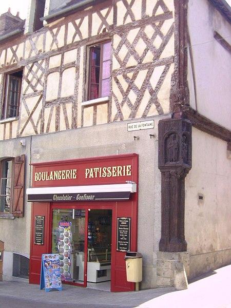 Photo du Monument Historique Maison du 16e siècle sur la place, dite Maison de l'arbre de Jessé ou Maison du Poteau Cornier situé à Saint-Julien-du-Sault