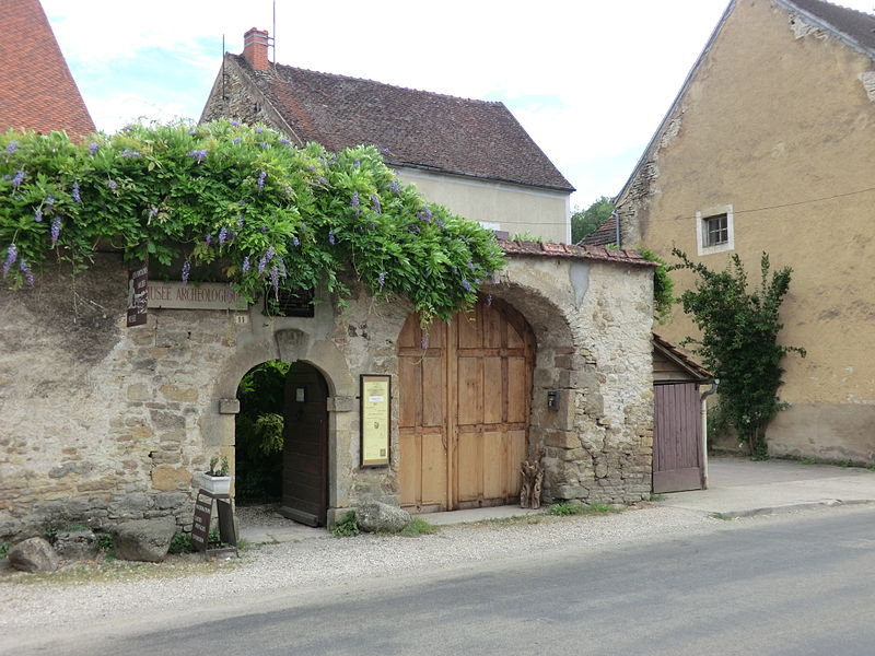 Photo du Monument Historique Maison servant d'entrée au musée des Fouilles des Fontaines Salées situé à Saint-Père