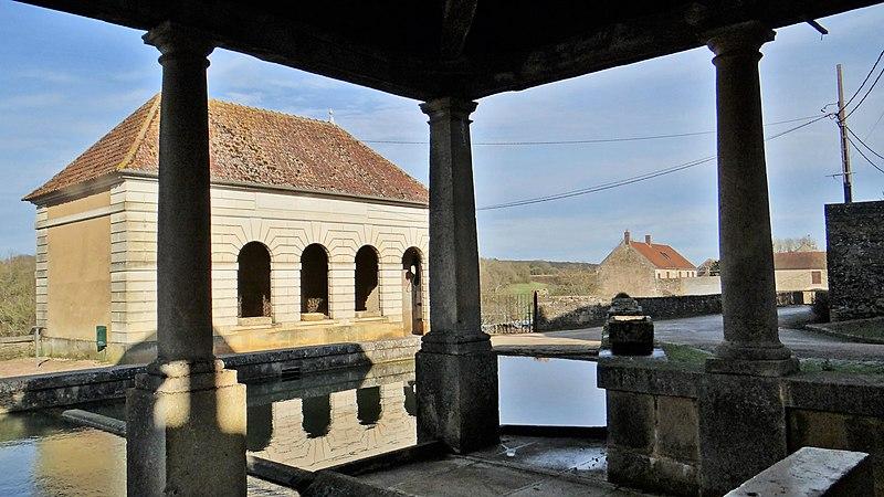 Photo du Monument Historique Fontaine-abreuvoir-lavoir situé à Santigny