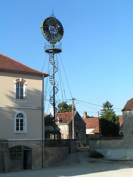 Photo du Monument Historique Mairie-lavoir et éolienne situé à Arthonnay
