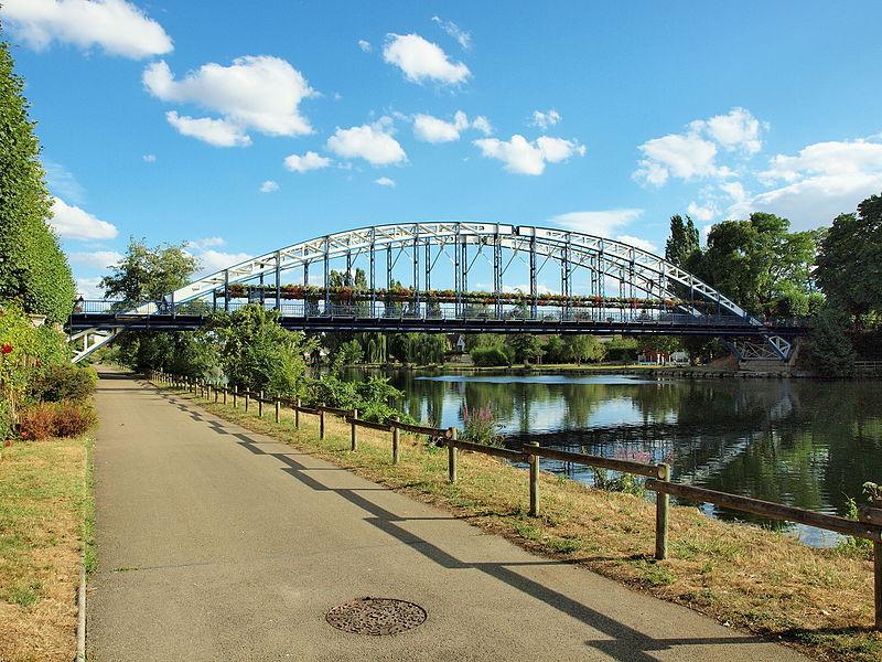 Photo du Monument Historique Pont métallique dit pont Eiffel situé sur le franchissement de la rivière Yonne, sur la route départementale D 158 situé à Monéteau