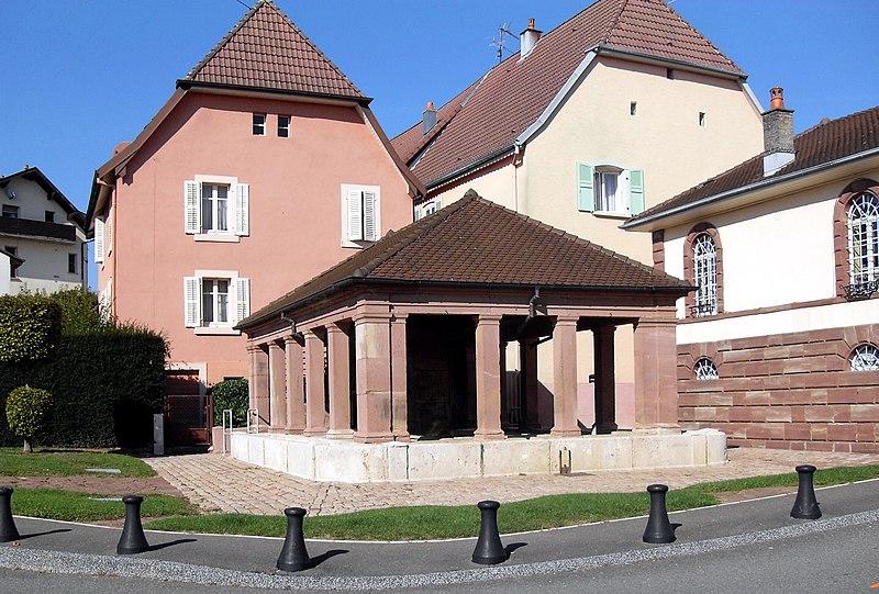 Photo du Monument Historique Fontaine-lavoir du corps de garde situé à Bourogne