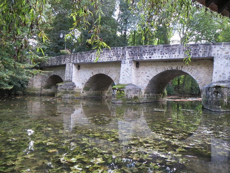 Photo du Monument Historique Vieux pont sur l'Yerres dit de la Reine Blanche situé à Boussy-Saint-Antoine