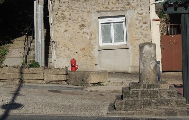 Photo du Monument Historique Borne à fleur de lys n° 21 situé à Corbeil-Essonnes