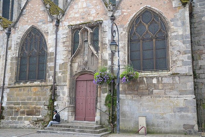 Vieille porte accolée à la façade droite de l'église