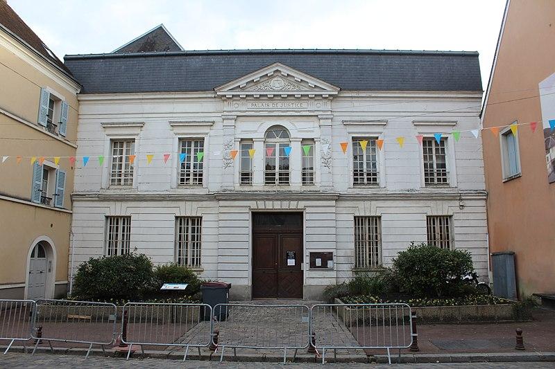 Photo du Monument Historique Palais de Justice situé à Etampes