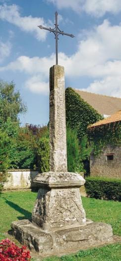 Photo du Monument Historique Croix de chemin dite la Croix Rouge situé à Mondeville