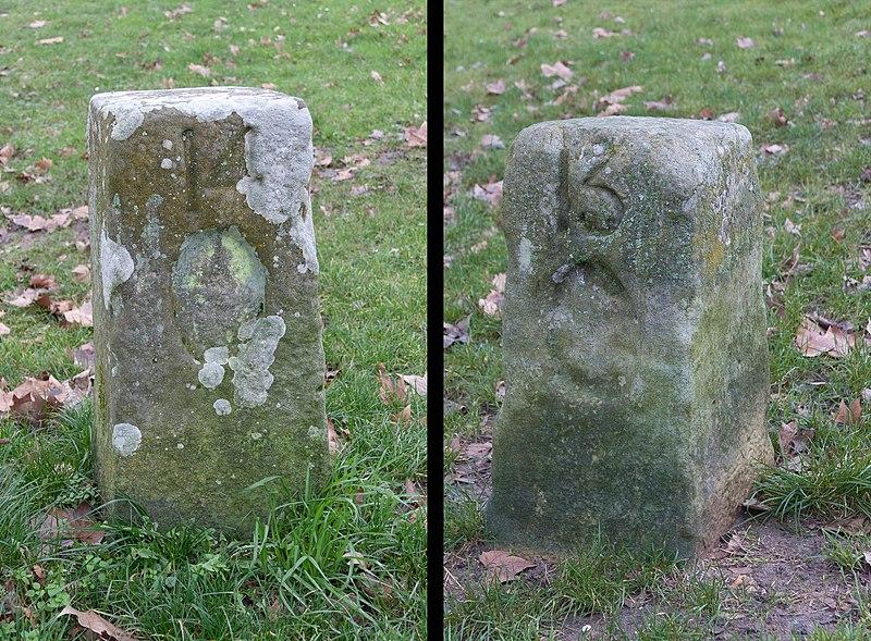 Photo du Monument Historique Bornes à fleurs de lys n° 14 et 15 situé à Montlhéry