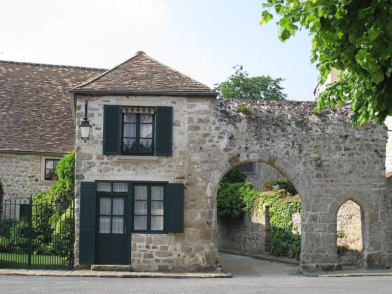 Photo du Monument Historique Enceinte situé à Saint-Sulpice-de-Favières