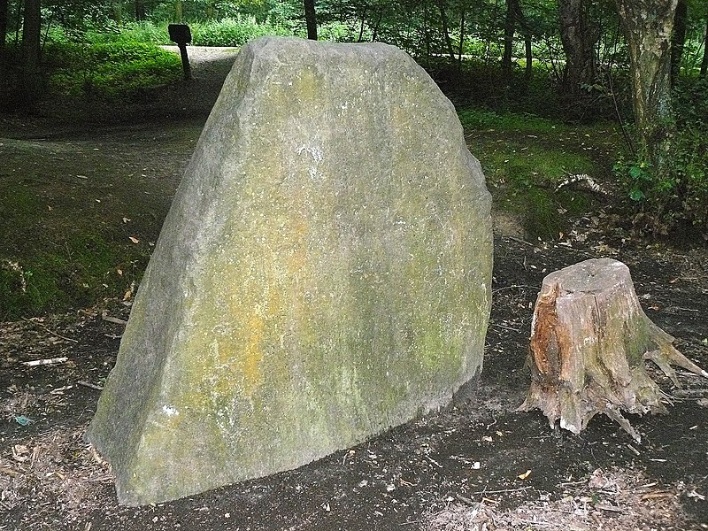 Photo du Monument Historique Menhir dit La Pierre-aux-Moines situé à Clamart