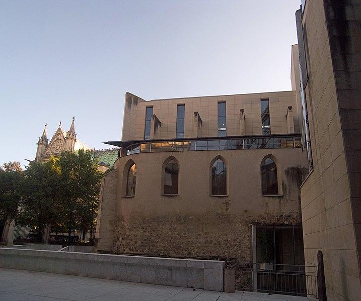 Photo du Monument Historique Eglise des Trois-Patrons  et vestiges du cimetière mérovingien situé à Saint-Denis