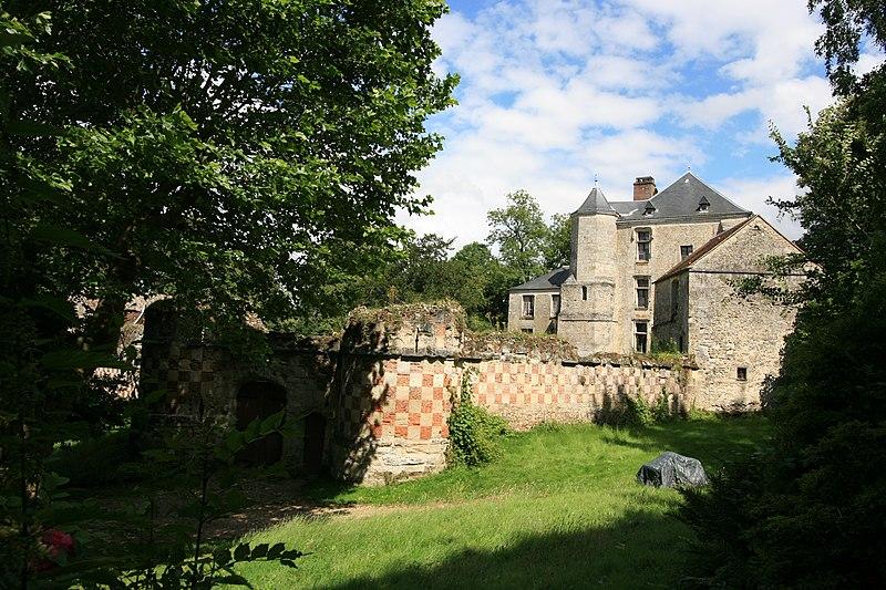 Photo du Monument Historique Château et pigeonnier en face de l'entrée situé à Arthies