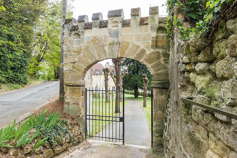 Photo du Monument Historique Porte crénelée du 17e siècle situé à Auvers-sur-Oise