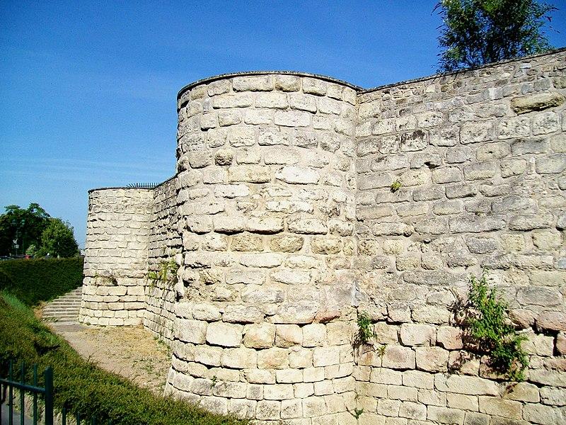 Photo du Monument Historique Château féodal situé à Beaumont-sur-Oise