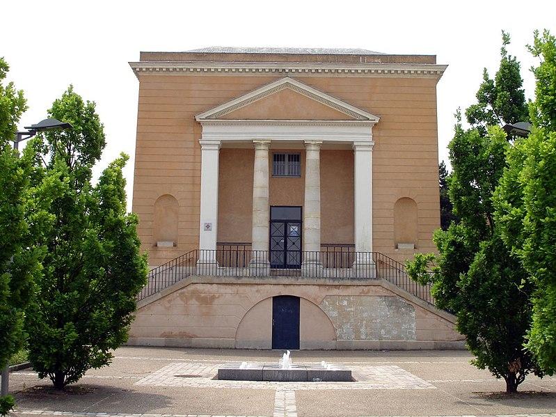 Photo du Monument Historique Petit Château, actuellement service social situé à Eaubonne