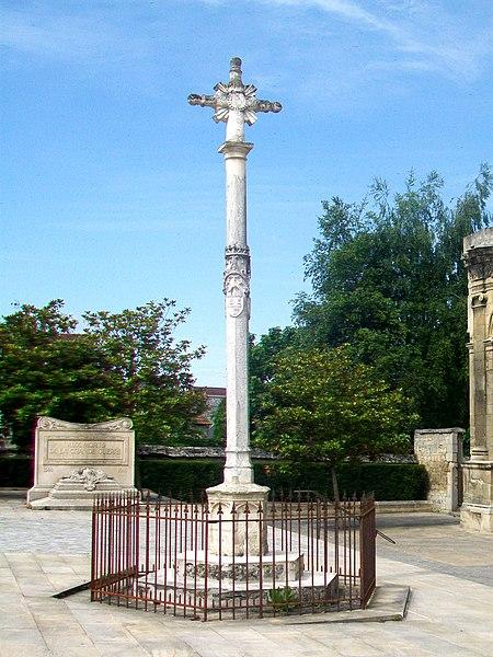 Photo du Monument Historique Croix en pierre de l'ancien cimetière situé à Magny-en-Vexin