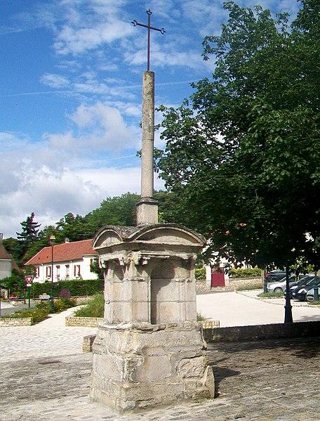 Photo du Monument Historique Croix devant l'église situé à Montsoult