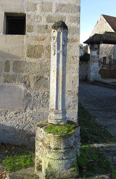 Photo du Monument Historique Croix près de l'église situé à Perchay (Le)