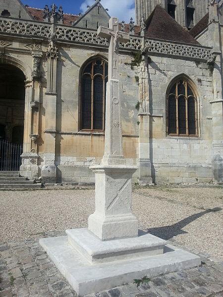 Photo du Monument Historique Croix devant l'église situé à Vétheuil