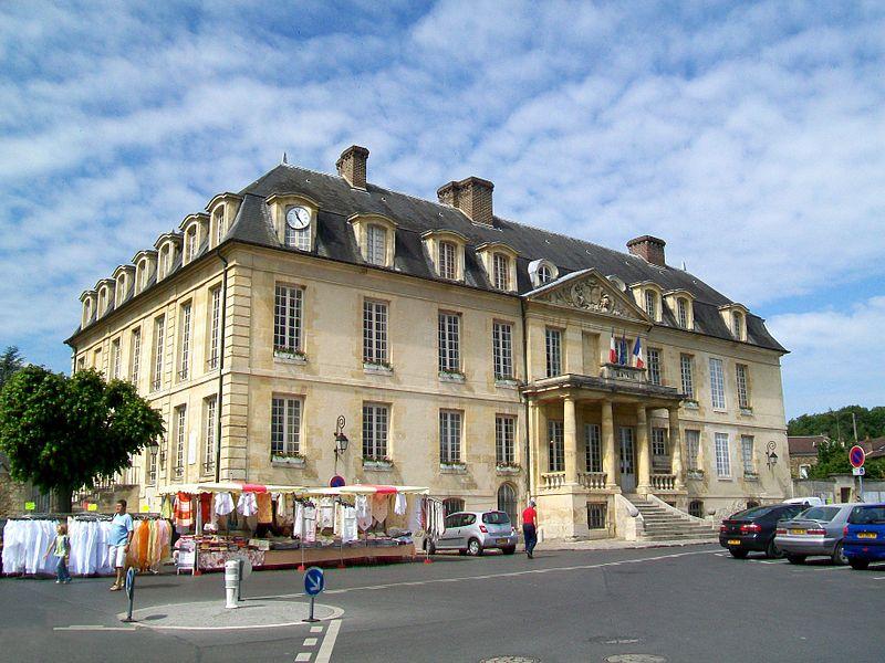 Photo du Monument Historique Ancien château, actuelle mairie situé à Viarmes