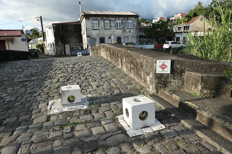 Photo du Monument Historique Pont Militaire : piliers, en bordure de la rivière Roxelane situé à Saint-Pierre
