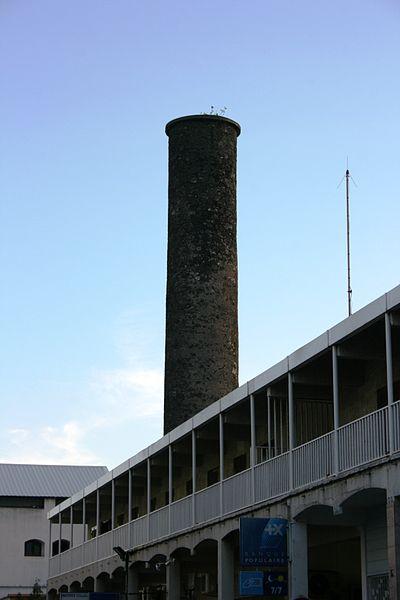 Photo du Monument Historique Cheminée dite Isautier, plus connue sous la dénomination Distillerie Isautier situé à Saint-Pierre