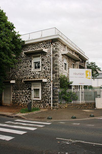 Photo du Monument Historique Ancienne caserne d'artillerie abritant aujourd'hui Radio France Outremer (RFO) situé à Saint-Denis