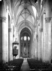 Ancienne abbaye Saint-Pierre - Eglise, nef vue de l'entrée